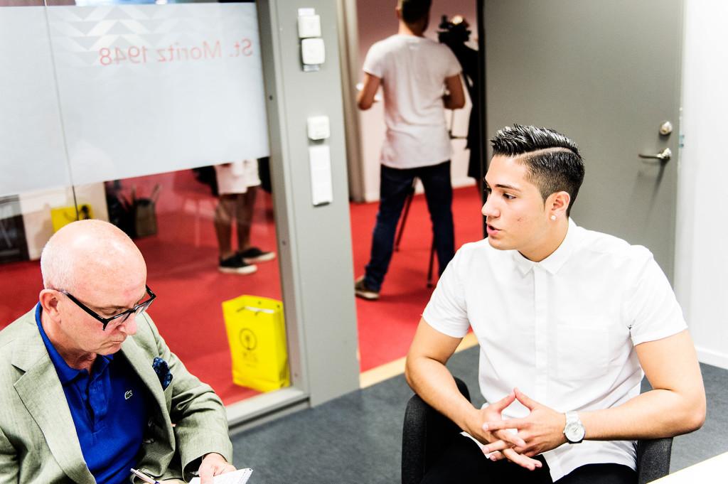 Peter Kadhammar intervjuar deltagaren Chris Mercado från Stockholm. Foto: Ola Axman
