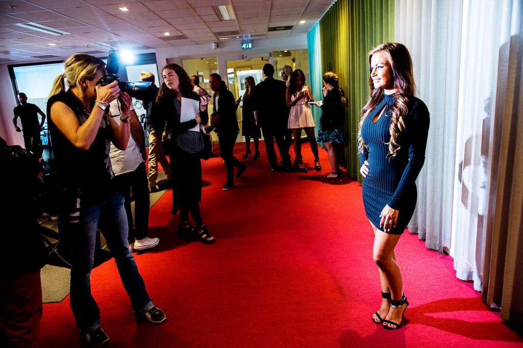Pressen får möjlighet att ta egna bilder på deltagarna. Här poserar Emma från Helsingborg. Foto: Ola Axman