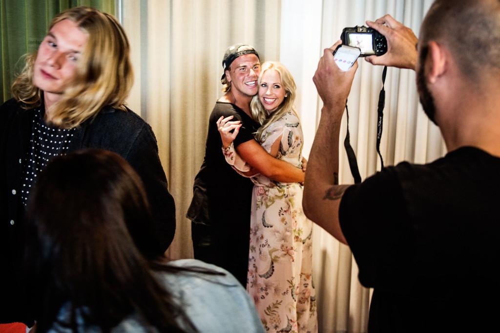 """""""Paradise Hotel""""-programledaren, Malin Gramer, kramar om deltagarna och poserar på bilder. Foto: Ola Axman"""