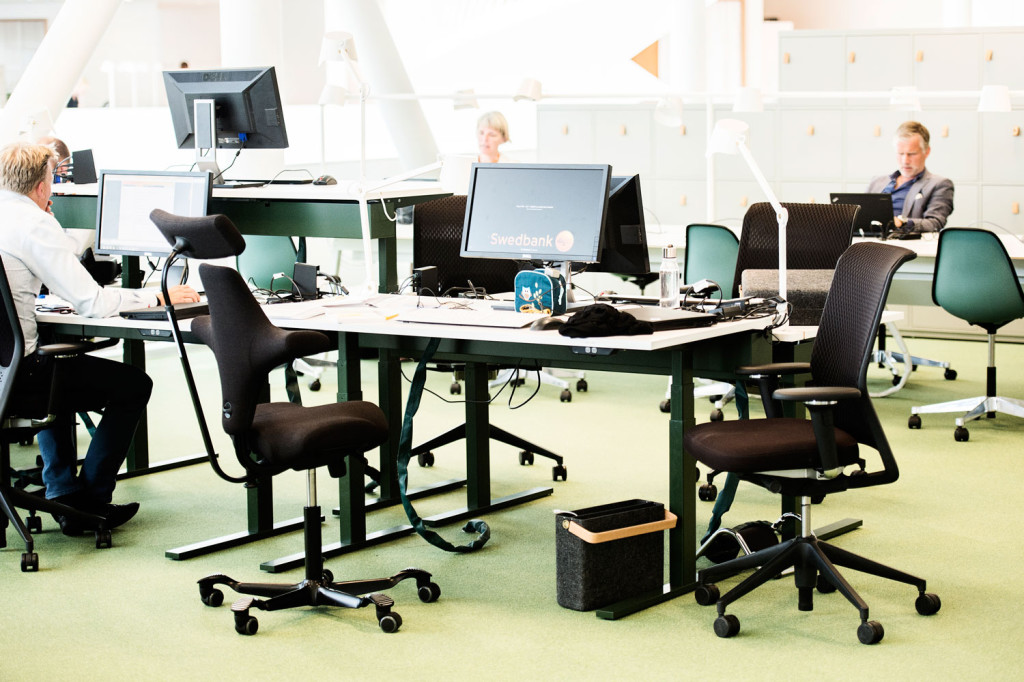 """Swedbanks huvudkontor i Sundbyberg. Kontoret är ett så kallat """"flex"""" kontor där kontoret klarar att cirka 70 procent av bemanningen är på plats samtidigt. Foto: Ola Axman"""