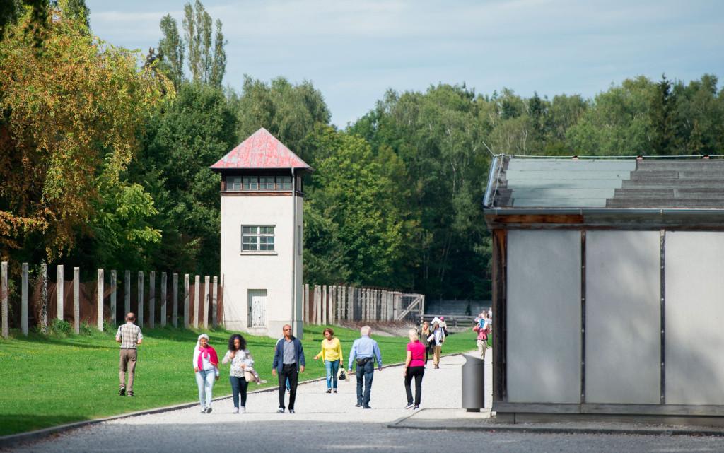 I dag rör sig turister på området. Foto: Sebastian Widmann