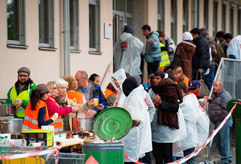 Volontärer delar ut mat till flyktingarna i Salzburg, Österrike. Foto: SEBASTIAN WIDMANN