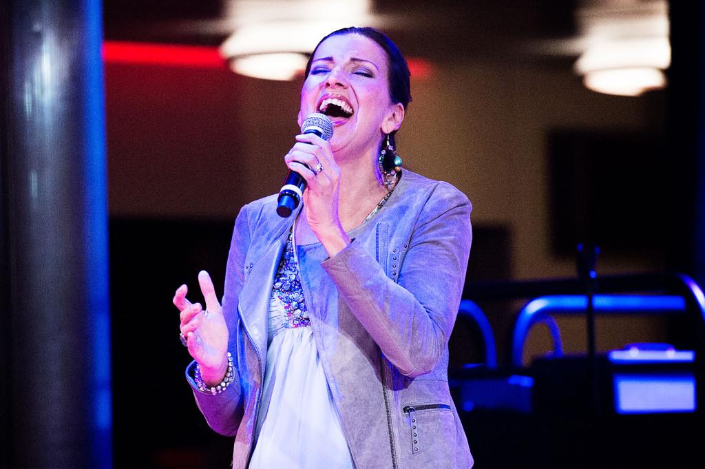 Om man inte ville besöka något andligt kunde man höra Sonja Alden sjunga.  Foto: Ola Axman