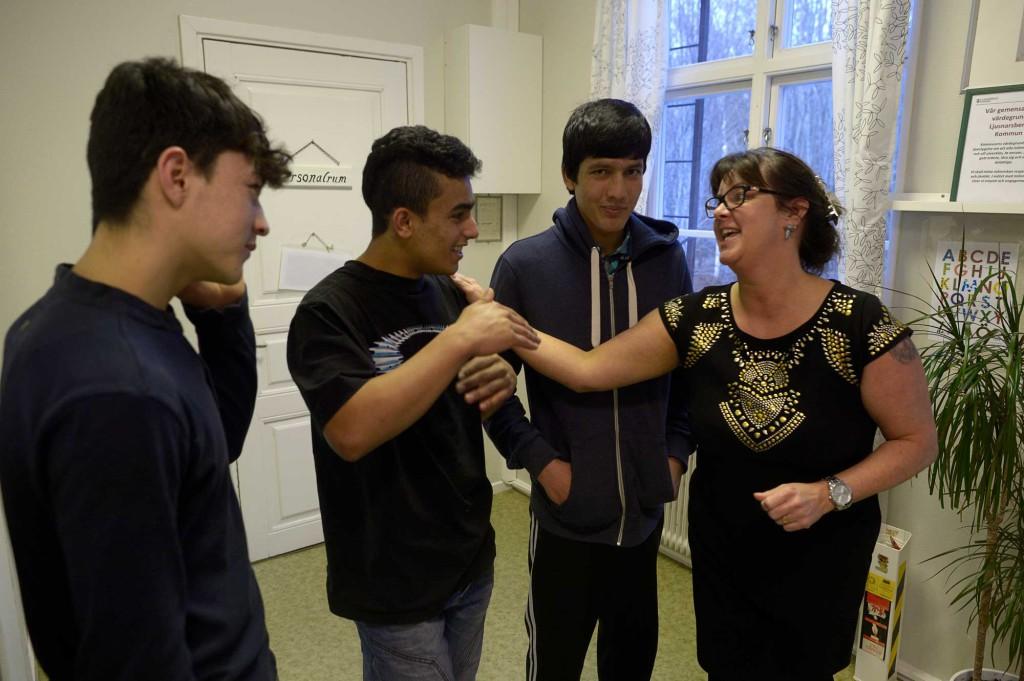 Chefen för HVB-hemmet Mia Lejonqvist skojar med Mehdi, Emal och Hamid från Afghanistan. Foto: URBAN ANDERSSON